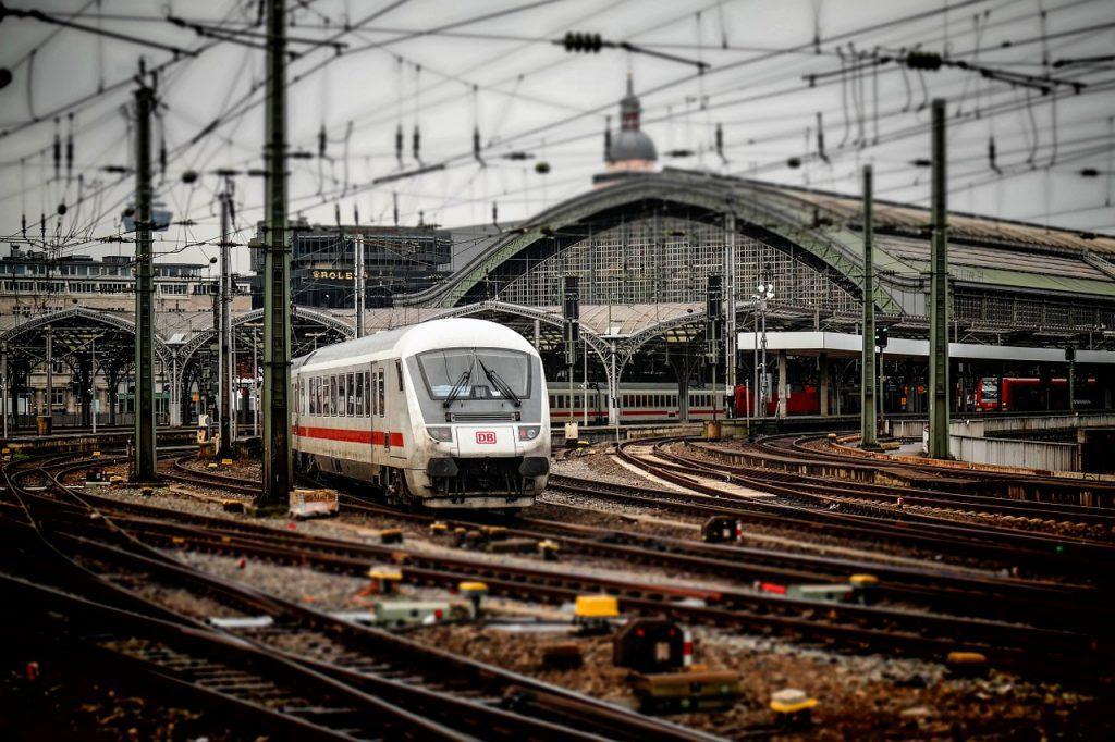 GO Euro sucht die schnellsten Verbindungen mit Bus, Bahn oder Flugzeug