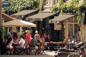 Cafes mit Sitzplätzen außerhalb des Gebäudes