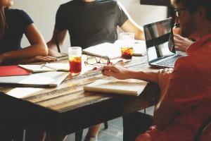 Stört manchmal mehr als es hilft produktiv zu arbeiten: Großraumbüro